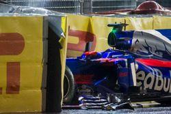 La voiture accidentée de Daniil Kvyat Scuderia Toro Rosso STR12