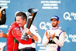 Lucas di Grassi, ABT Schaeffler Audi Sport, sur le podium avec Alejandro Agag, PDG de la Formule E