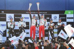 Podium: winnaars Jari-Matti Latvala, Miikka Anttila, Toyota Racing, tweede plaats Ott Tänak, Martin