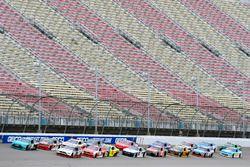 Denny Hamlin, Joe Gibbs Racing Toyota ve Brad Keselowski, Team Penske Ford
