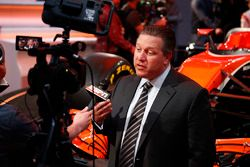 Zak Brown, Diorettore Esecutivo McLaren Technology Group, viene intervistato dai media