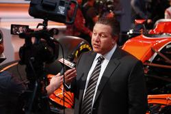 Zak Brown, directeur exécutif McLaren Technology Group, avec les médias