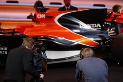 Les médias se rassemblent autour de la McLaren MCL32