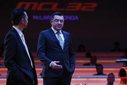 Yusuke Hasegawa, cadre supérieur, Honda, et Eric Boullier, directeur de la compétition, McLaren, sur scène lors de la présentation de la McLaren MCL32