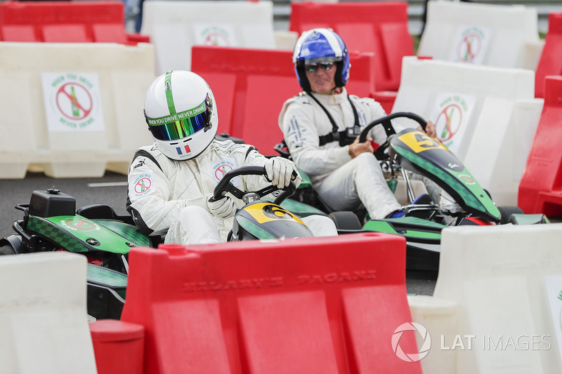 David Coulthard corre contra el futbolista Christian Karembeu en kart