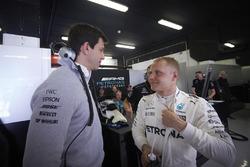 Toto Wolff, director ejecutivo de Mercedes AMG F1, y Valtteri Bottas, Mercedes AMG F1
