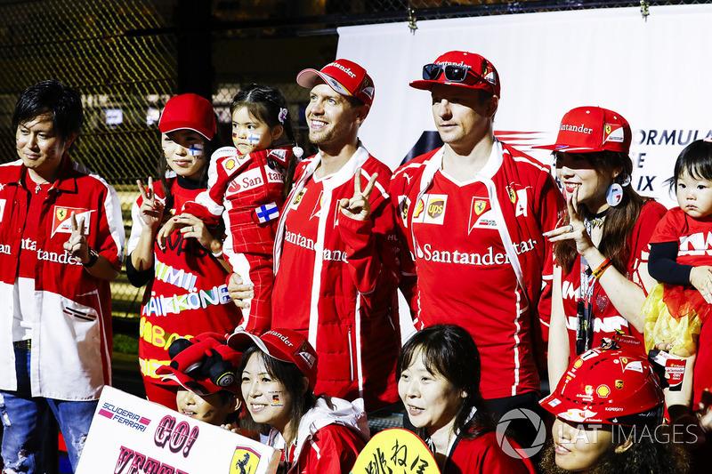 Sebastian Vettel, Ferrari, Kimi Raikkonen, Ferrari, en el escenario de la F1 Fanzone
