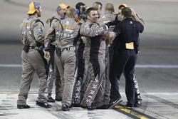 I membri del team Joe Gibbs Racing festeggiano il campionato