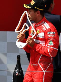 Sebastian Vettel, Ferrari festeggia sul podio con il trofeo
