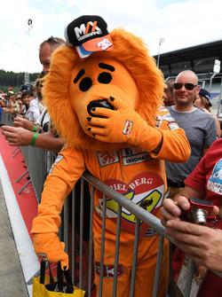 Un fan de Max Verstappen, Red Bull Racing dans un costume de lion