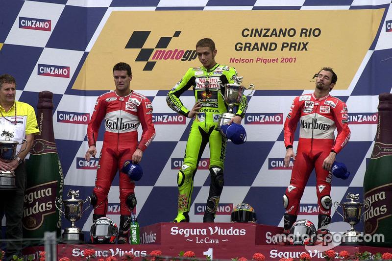 Podio: ganador de la carrera Valentino Rossi, Aprilia, segundo lugar Carlos Checa, Yamaha, tercer lugar Max Biaggi, Yamaha