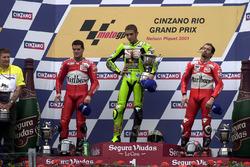 Podium: racewinnaar Valentino Rossi, Aprilia, tweede plaats Carlos Checa, Yamaha, derde plaats Max B