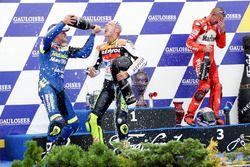 Podium : le vainqueur Valentino Rossi, le deuxième Sete Gibernau, Honda, le troisième Troy Bayliss, Ducati
