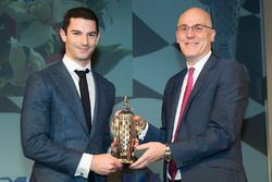 James Verrier of BorgWarner, ve 2016 Indy 500 galibi Alexander Rossi, Borrg-Warner kupası ile