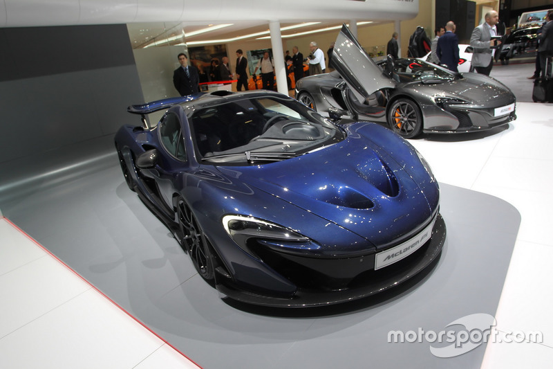 Uma McLaren P1 faz uma volta em 2min17s no mesmo circuito.