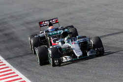 Nico Rosberg, Mercedes AMG F1 W07 Hybrid devant Romain Grosjean, Haas F1 Team VF-16
