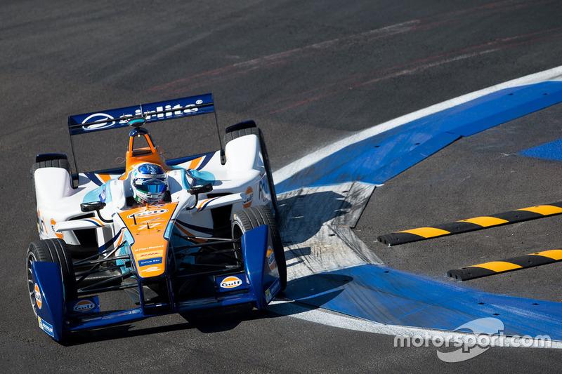 Сальвадор Дюран за рулем машины команды Формулы Е Team Aguri