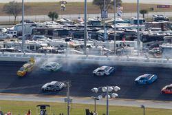 Crash : Chris Buescher, Front Row Motorsports Ford et Matt DiBenedetto, BK Racing Toyota