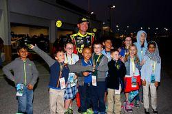 Clint Bowyer, HScott Motorsports Chevrolet trifft sich mit Kindern