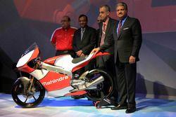 Anand Mahindra, Vorsitzender Mahindra Group; Pawan Goenka, Geschäftsführe Mahindra & Mahindra, Ruzbe