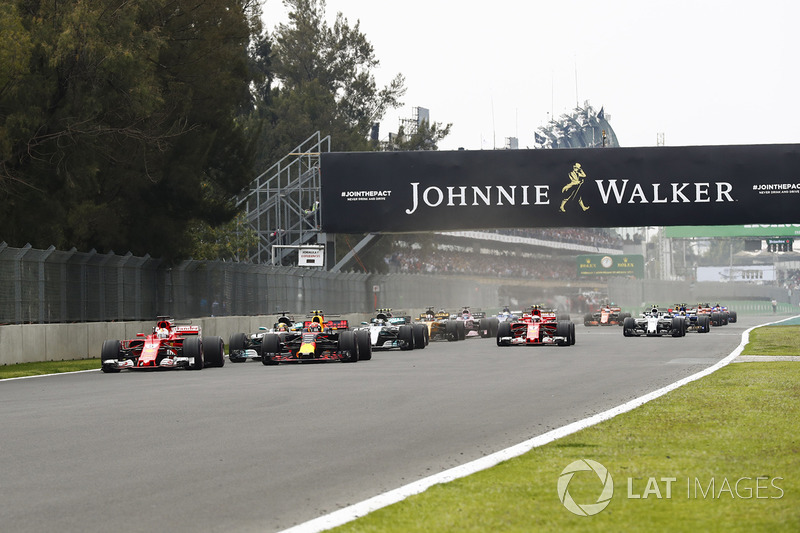 As luzes se apagam e Hamilton parte para cima do pole, Vettel, e do segundo, Verstappen