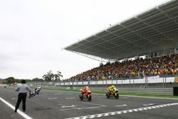 Checkerd flag for Toni Elias, Fortuna Honda and Valentino Rossi, Yamaha