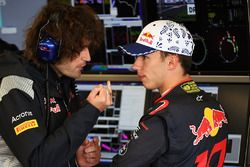 Гонщик Scuderia Toro Rosso Пьер Гасли и гоночный инженер Марко Матасса