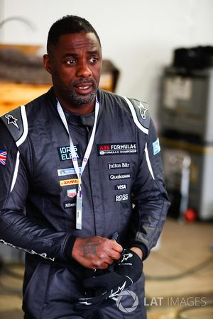 L'acteur Idris Elba pilote une monoplace de Formule E