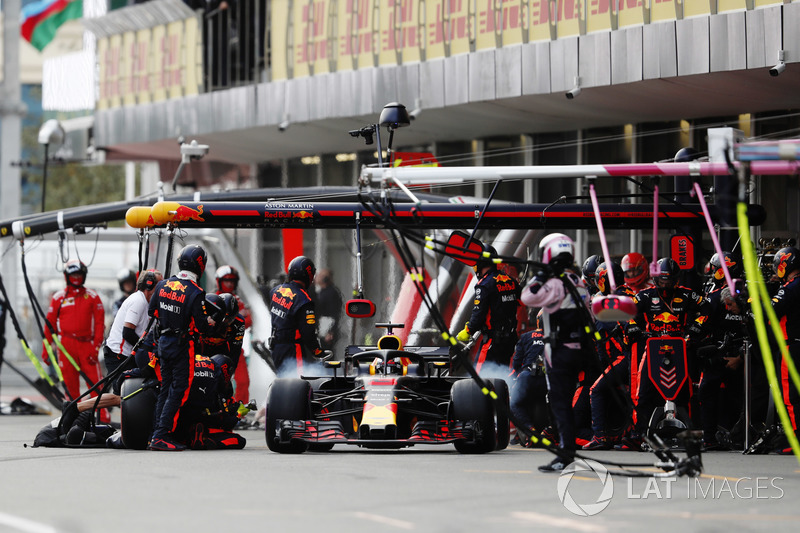 Daniel Ricciardo, Red Bull Racing RB14 Tag Heuer, makes a pit stop