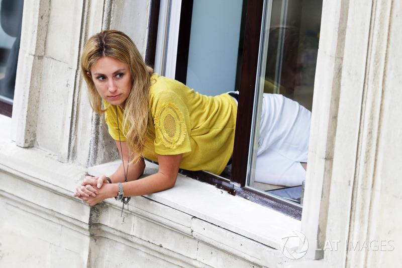 Una aficionada mirando por la ventana