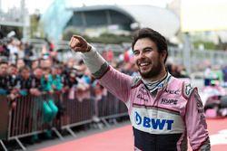 Le troisième, Sergio Perez, Force India fête son podium dans le Parc Fermé