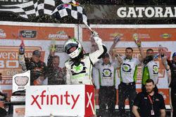 Tyler Reddick, JR Motorsports, BurgerFi Chevrolet Camaro festeggia la vittoria