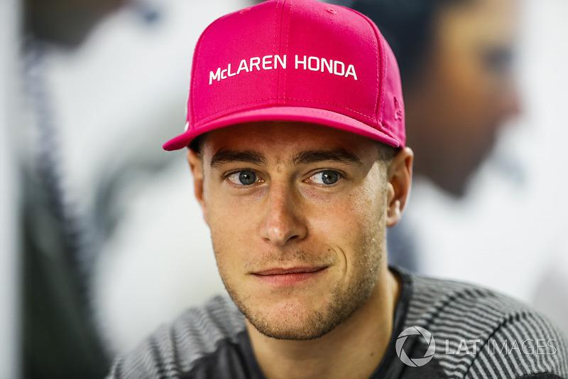 Stoffel Vandoorne también llevó la gorra rosa