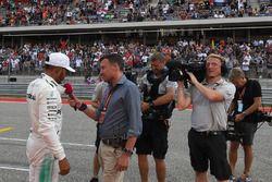 Обладатель поула Льюис Хэмилтон, Mercedes AMG F1, и ведущий NBC Уилл Бакстон