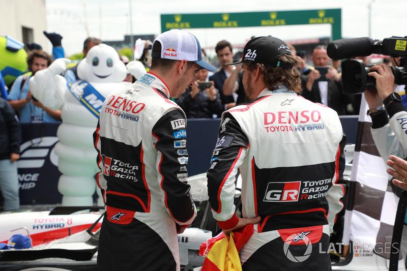 Los ganadores de las 24 Horas de Le Mans 2018 #8 Toyota Gazoo Racing Toyota TS050: Sébastien Buemi, Fernando Alonso