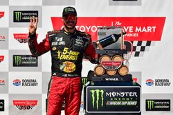 Martin Truex Jr., Furniture Row Racing, Toyota Camry 5-hour ENERGY/Bass Pro Shops in victory lane