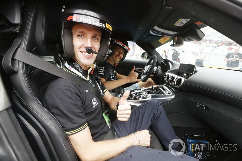 Le cycliste Simon Yates (Michelton-Scott) dans une voiture pour son Pirelli Hot Lap