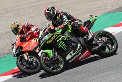 Jonathan Rea, Kawasaki Racing passes Chaz Davies, Aruba.it Racing-Ducati SBK Team