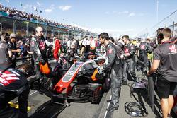 Haas F1 engineers prepare the car of Kevin Magnussen, Haas F1 Team VF-18 Ferrari, on the grid