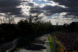 Fernando Alonso, McLaren MCL33 Renault, delante de Max Verstappen, Red Bull Racing RB14 Tag Heuer
