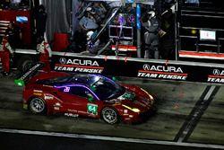 #23 United Autosports Ligier LMP2, P: Phil Hanson, Lando Norris, Fernando Alonso pit stop damage tir