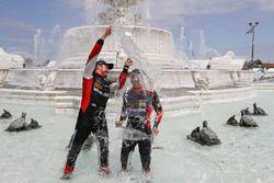 #31 Action Express Racing Cadillac DPi, P: Eric Curran, Felipe Nasr celebra en la fuente de scott