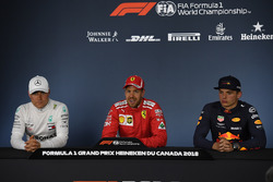 Valtteri Bottas, Mercedes-AMG F1, Sebastian Vettel, Ferrari y Max Verstappen, Red Bull Racing en la conferencia de prensa