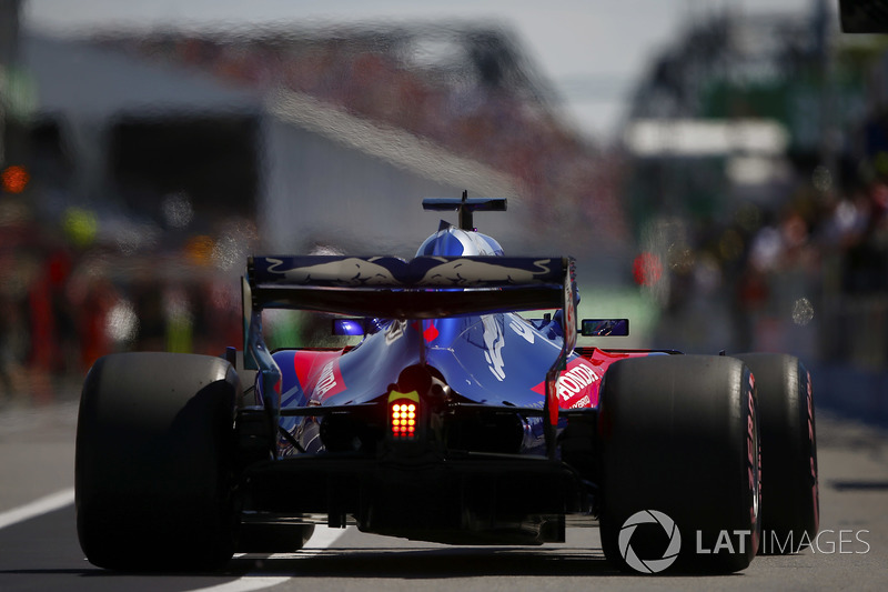 Brendon Hartley, Toro Rosso STR13, vuelve al pit lane