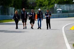 Esteban Ocon, Force India, marche sur la piste avec son équipe