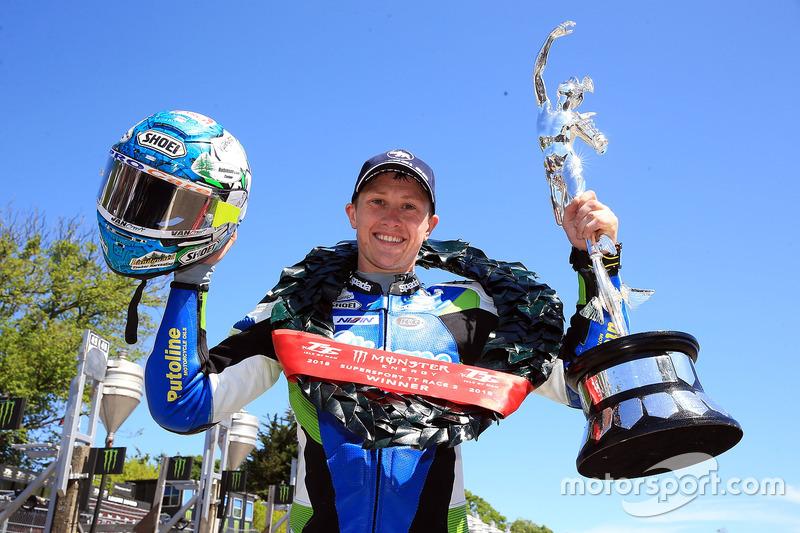 Dean Harrison, viert zijn overwinning in de tweede Supersport race
