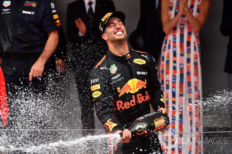 Podio: el ganador de la carrera Daniel Ricciardo, Red Bull Racing celebra con el champán