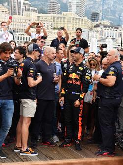 Max Verstappen, Daniel Ricciardo, Red Bull Racing, Adrian Newey, Red Bull Racing y Christian Horner, director del equipo Red Bull Racing en la piscina de Red Bull Racing Energy Station