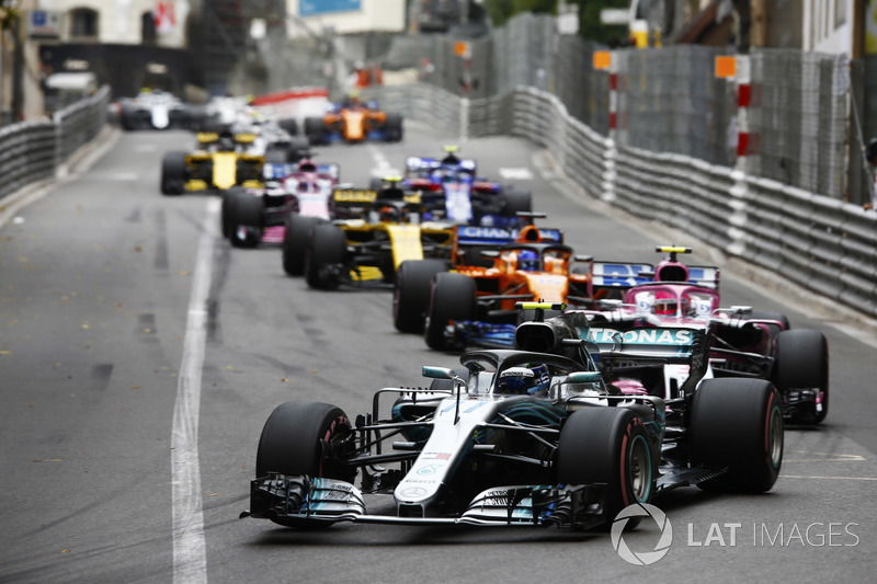 Valtteri Bottas, Mercedes AMG F1 W09, lidera a Esteban Ocon, Force India VJM11