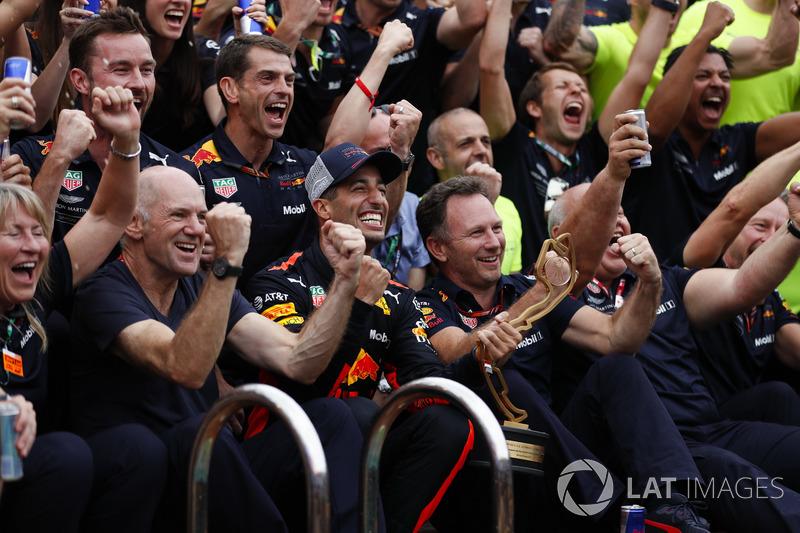El equipo de Red Bull celebra con Daniel Ricciardo, Red Bull Racing al lado de la piscina en la Estación de Energía. Adrian Newey, director técnico, Red Bull Racing, y Christian Horner, director del equipo, Red Bull Racing